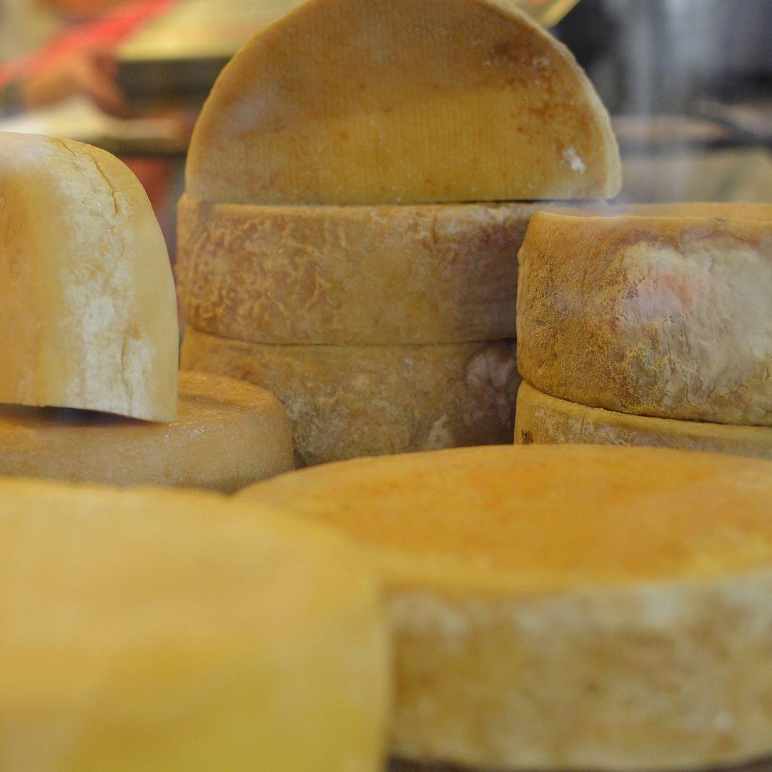 Quem vai a BH não pode deixar de ir ao Mercado Central o lugar é excepcional. Variedade enorme de queijos carnes flores artesanato dentre outros. Não deixe experimentar o queijo canastra. Mais em: http://ift.tt/1KU4vqg ----------- #belohorizonte #belohorizontemg #belohorizontecity #igers_belohorizonte #ig_belohorizonte #bh #mg #minasgerais #minas #igersminasgerais #ig_minasgerais #lugaresdeminas #ig_minasgerais_ #MTur #ViajePeloBrasil #DicasdeDestino #BelezasdoBrasil #PartiuBrasil…