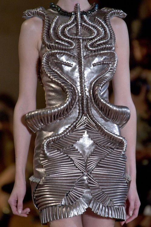 Iris van herpen b 1984 is a dutch fashion designer she - Chambre syndicale de la haute couture parisienne ...