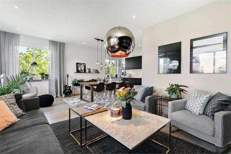 Aux tons bruns doux se marie le noir et une décoration scandinave à la fois vintage industrielle et ethnique dans cet appartement de trois pièces de 92m²
