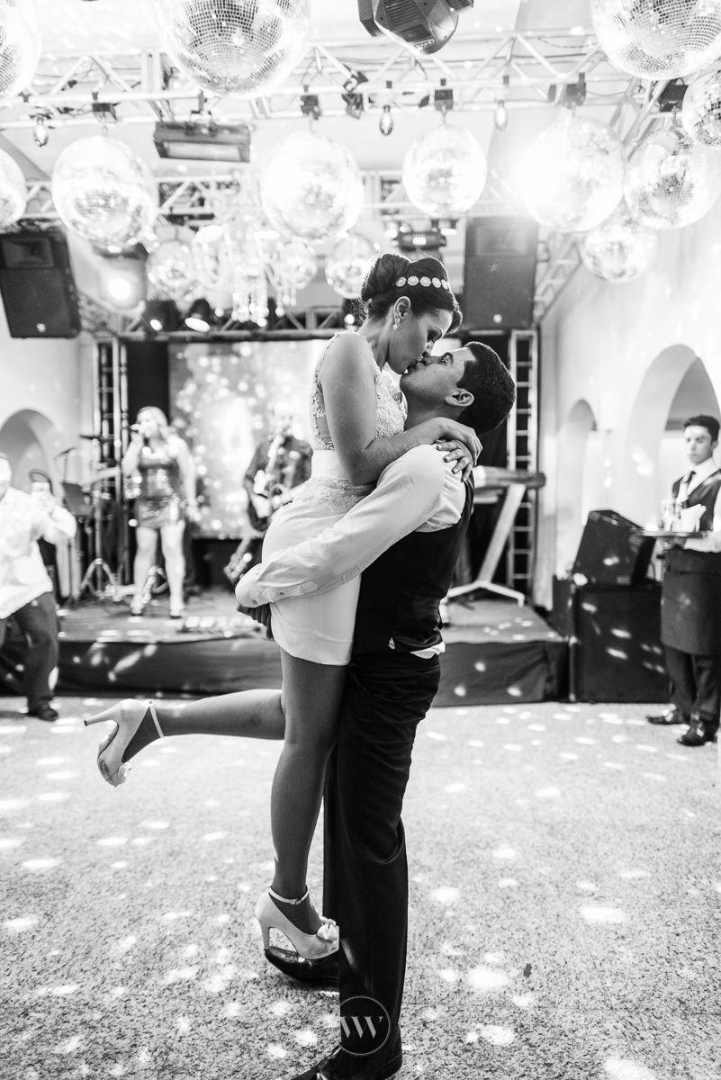 E não é verdade que elas levantam o pezinho na hora do beijo?! Muito love no casamento da Maria Amelia e do Fabricio: http://www.valwander.com/blog/maria-amelia-fabricio/  #valwander #casamento #love #balada #festa #fotografiasemocionantes #casamentobh #fotografia