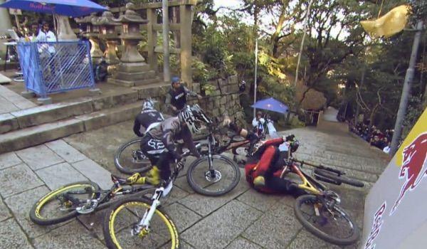Wenn sich die Jungs auf die Fresse legen - dann habe sie alle Spass, also die Zuschauer. DownHill in Kyoto, Japan. Jungs auf die Fresse leg