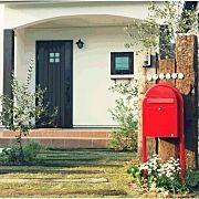 白いお家 芝生 枕木 外観 外観はシンプル ボビポスト などのインテリア
