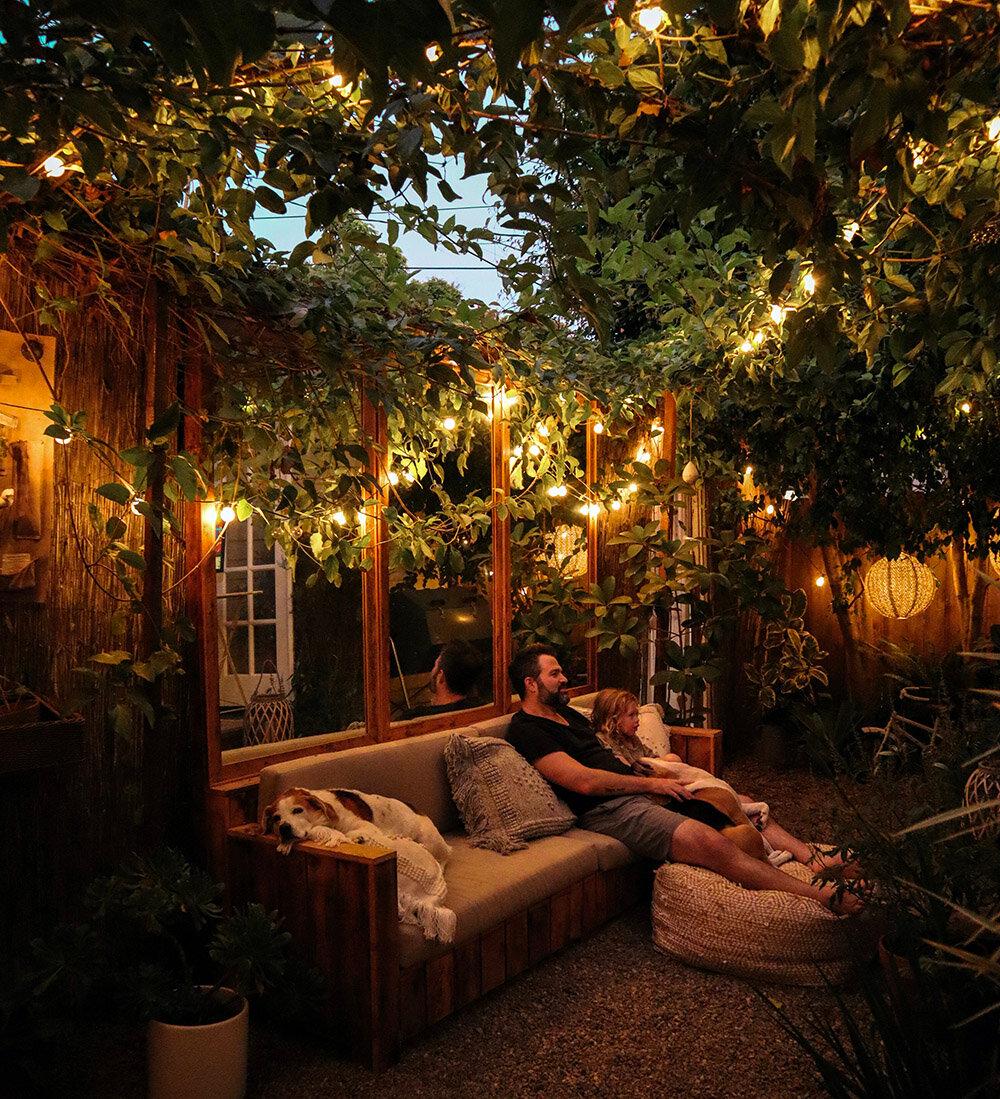 Photo of Soirée cinéma en plein air dans un petit jardin | The Tiny Canal Cottage
