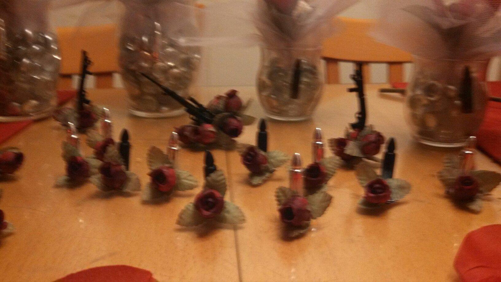 39 N Holding guns n roses decorations Guns n roses