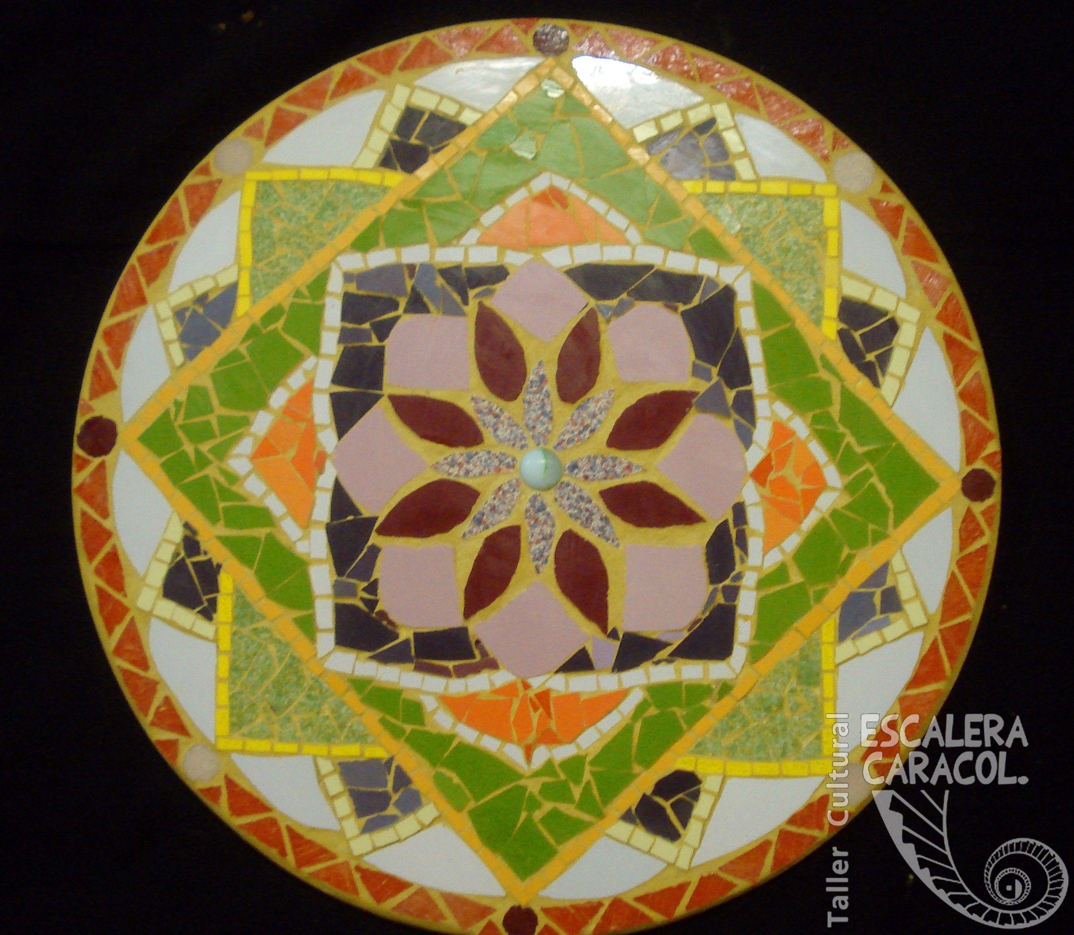 Mandala de mosaico de 40 cm de diámetro realizado por Alicia Pereyra. http://tallerescaleracaracol.com/artes-del-fuego/mosaico/mandalas/