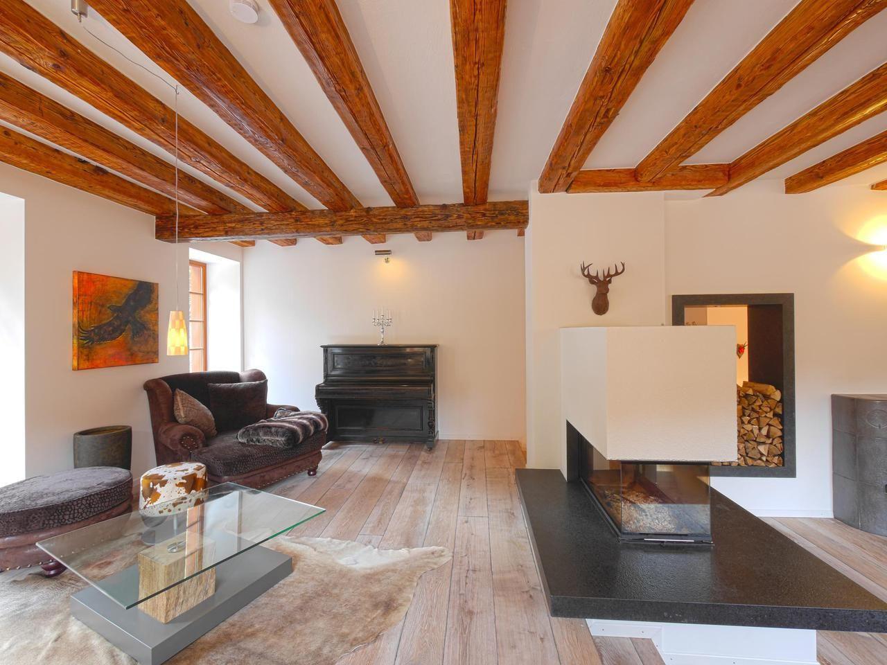 Ein gemütliches Wohnzimmer mit einem modernen Kamin und schönen