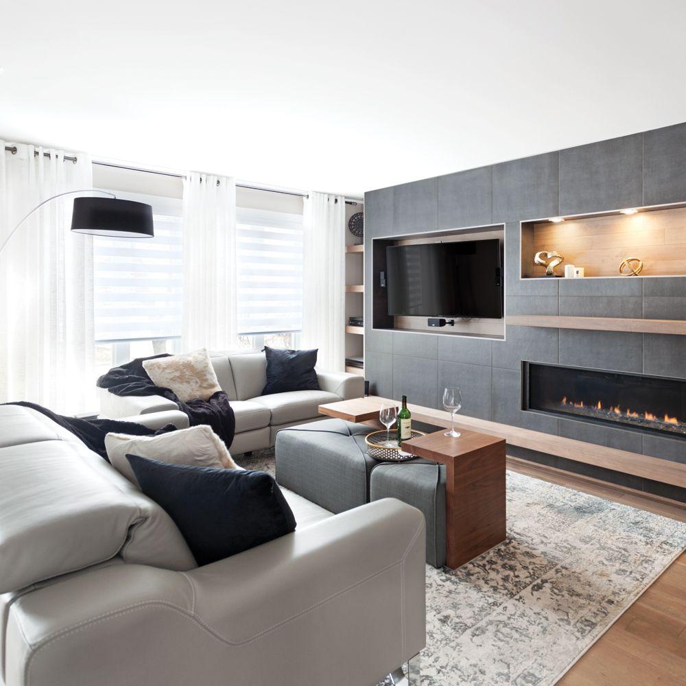 Salon moderne gris cosy et bois chaud avec foyer ...