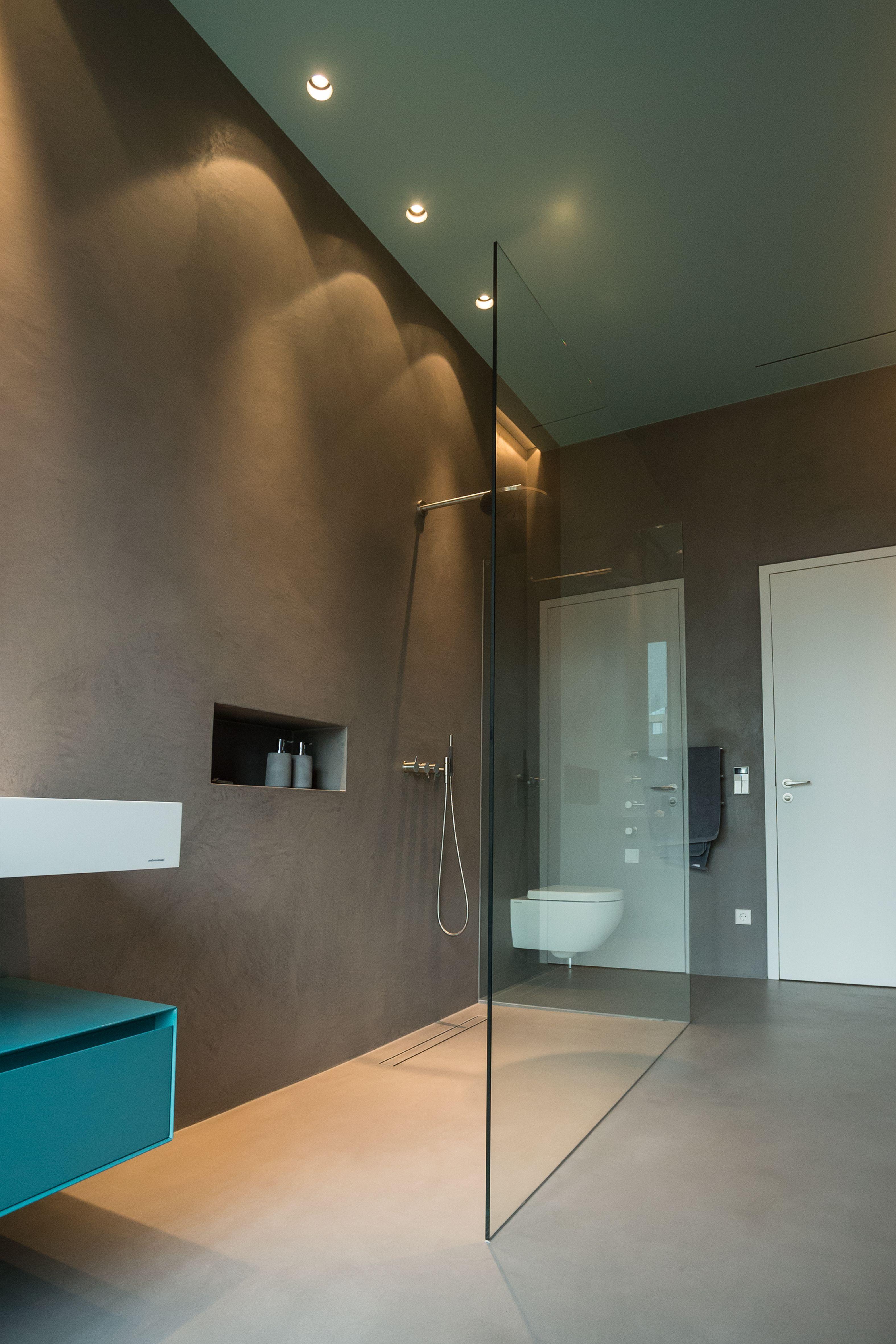 Nachahmung Von Beton Auch In Feuchten Bereichen Ob Wand Oder Boden Kein Problem Nahtlos In 2020 Badgestaltung Badezimmer Badezimmer Dekor