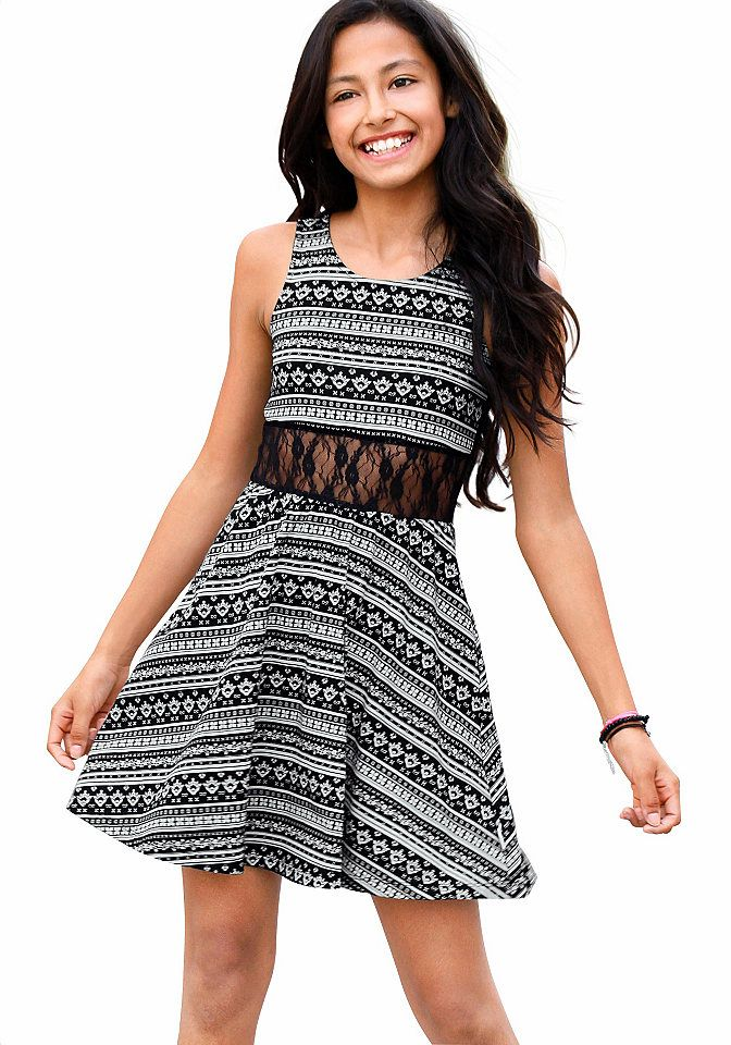 13770b1e9943ce Einfach bezaubernd ist das filigran gemusterte Kleid von Petite Fleur!  Toll: die zarte, elastische Blümchenspitze an Taille und Rücken.