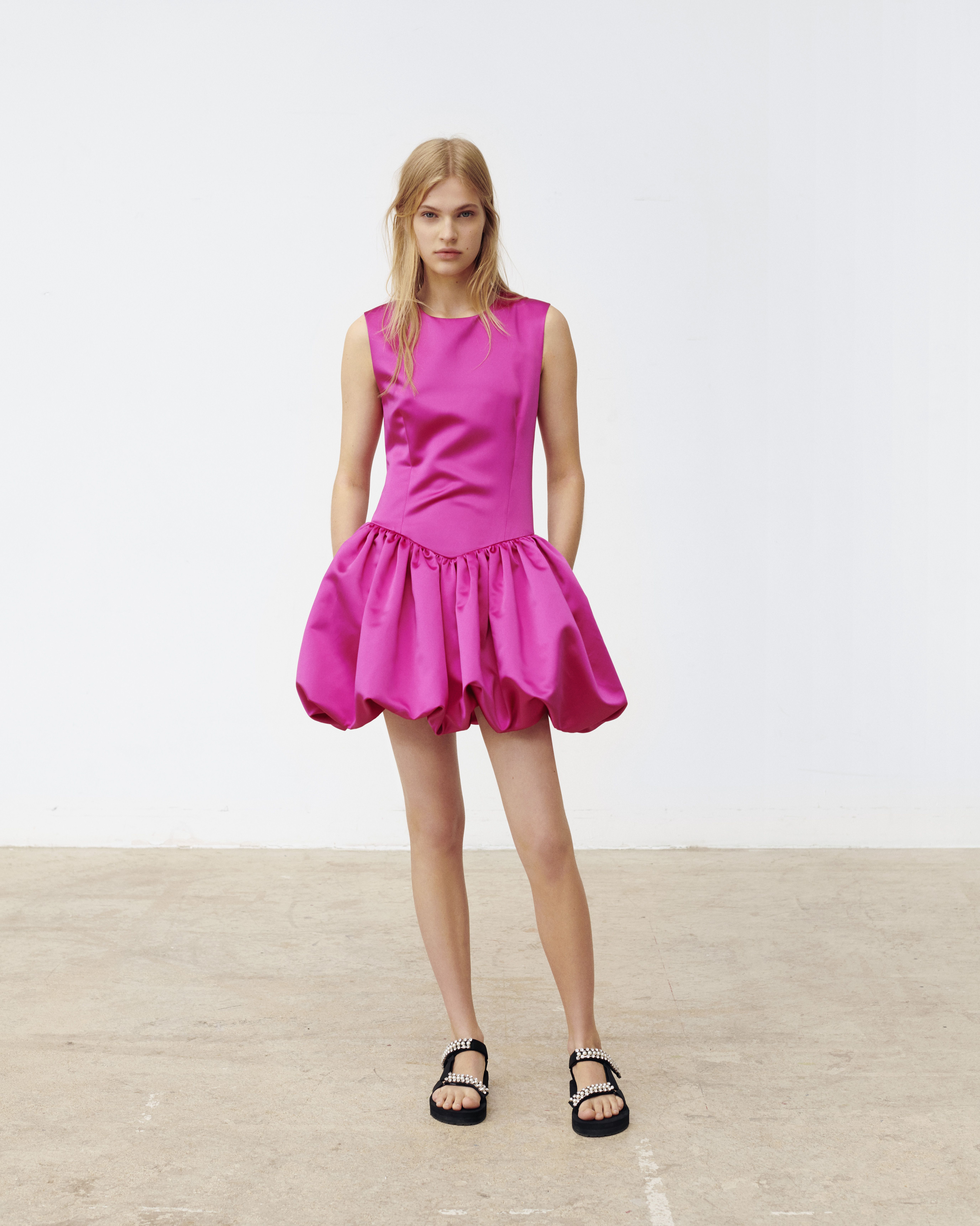 Photo of Robe patineuse en satin fuchsia