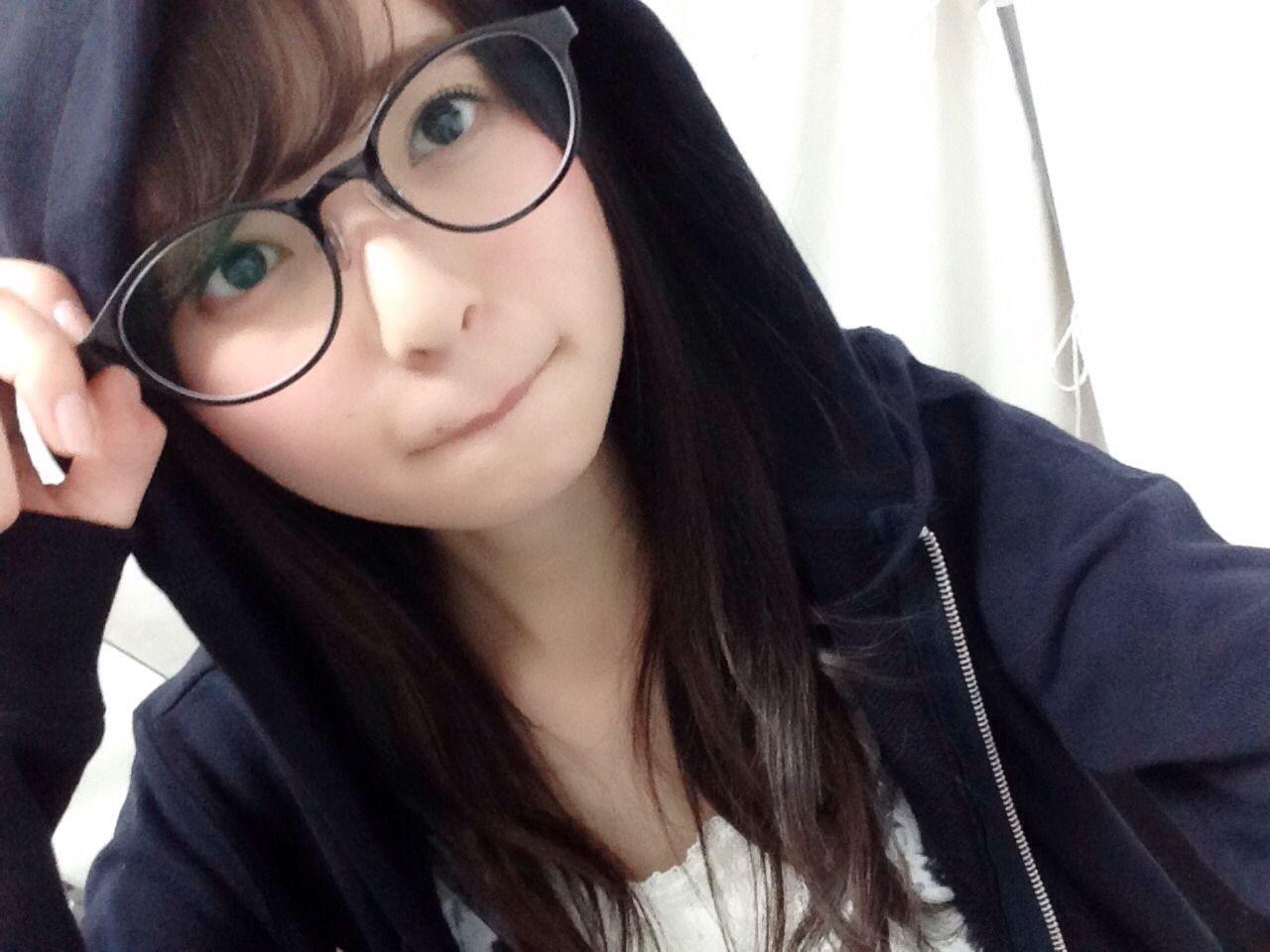 黒ぶちメガネをかける齋藤飛鳥
