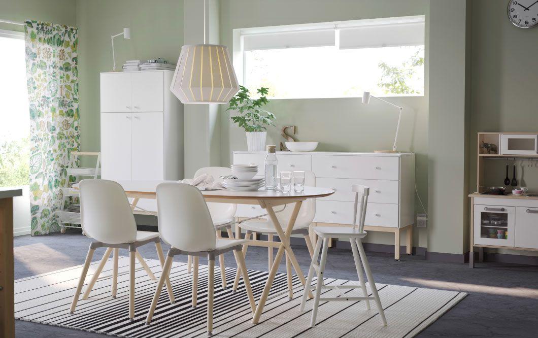 ein gro es helles esszimmer mit einem gro en wei en esstisch und 4 leifarne st hlen in wei und. Black Bedroom Furniture Sets. Home Design Ideas