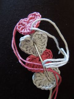 Happy Berry Crochet: Quick and simple crochet heart bracelet pattern Tutorial ༺✿ƬⱤღ http://www.pinterest.com/teretegui/✿༻
