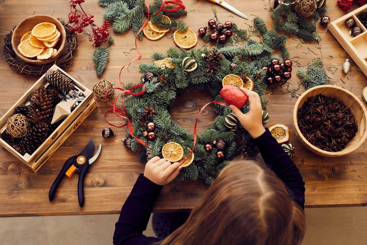 Tis The Season To Diy 30 Easy Christmas Decorating Ideas Christmas Wreaths Affordable Christmas Decorations Christmas Decor Diy