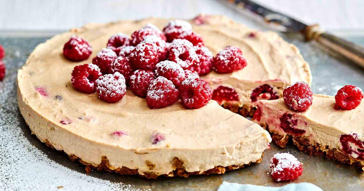 Juustokakku eli cheesecake on yksi maailman suosituimmista kakuista, eikä suotta. Meiltä löydät kymmeniä taivaallisia juustokakkureseptejä - tervetuloa!