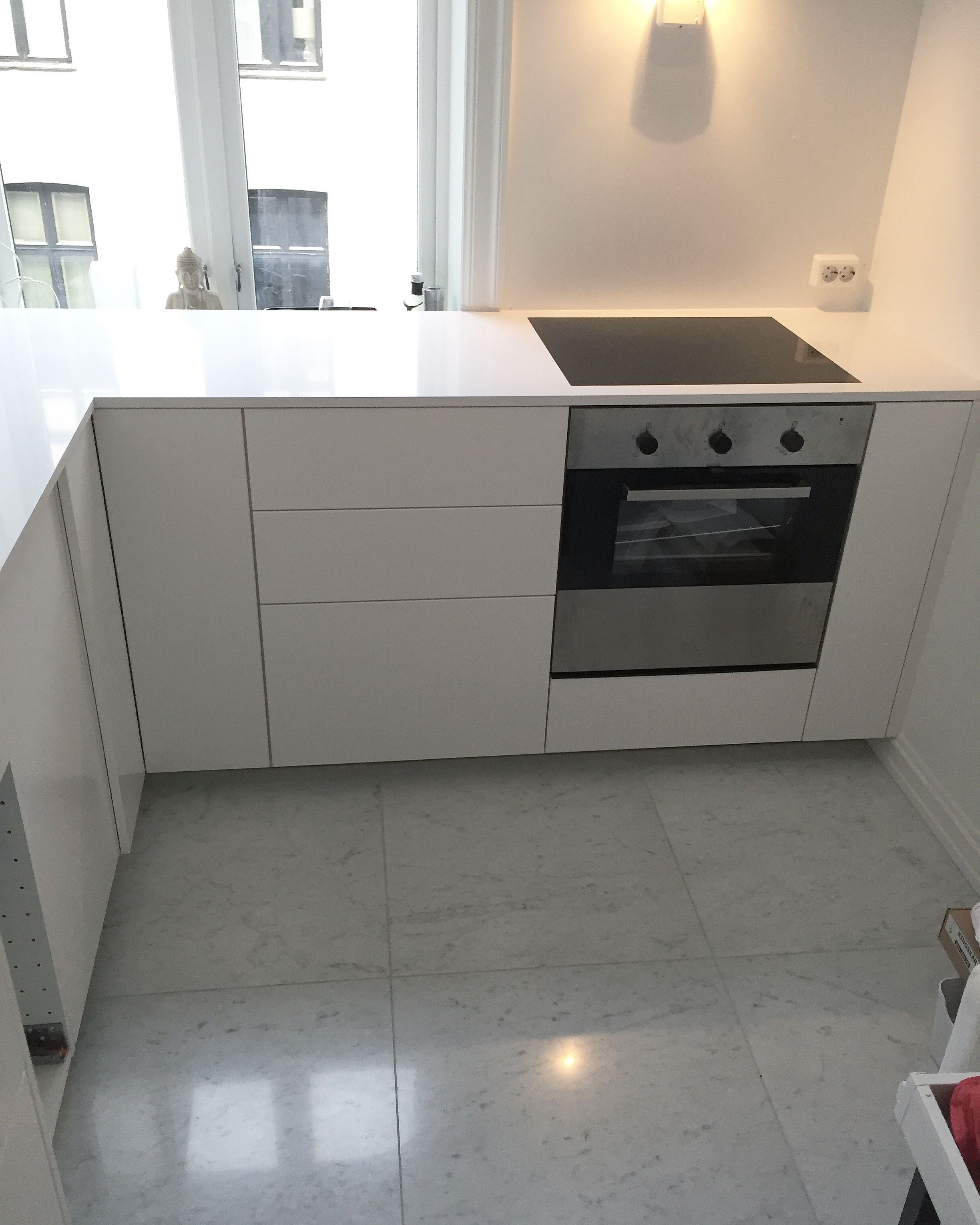 Moderne Kjøkken med silestone Blanco Zeus benkeplater i kombinasjon ...