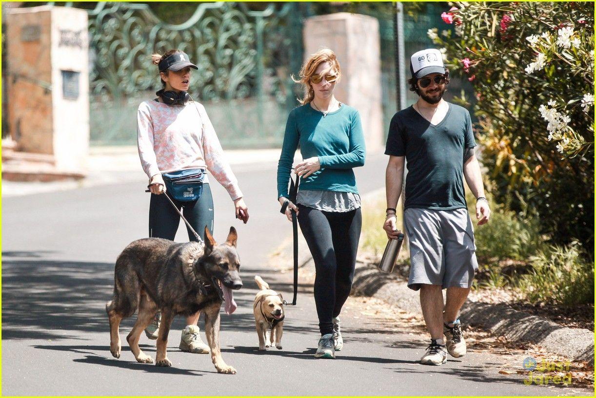 Nikki Reed caminhada com amigos Nikki Reed anda e fala com alguns amigos, enquanto caminhava com seus animais de estimação em Los Angeles na sexta-feira à tarde (9 de maio).