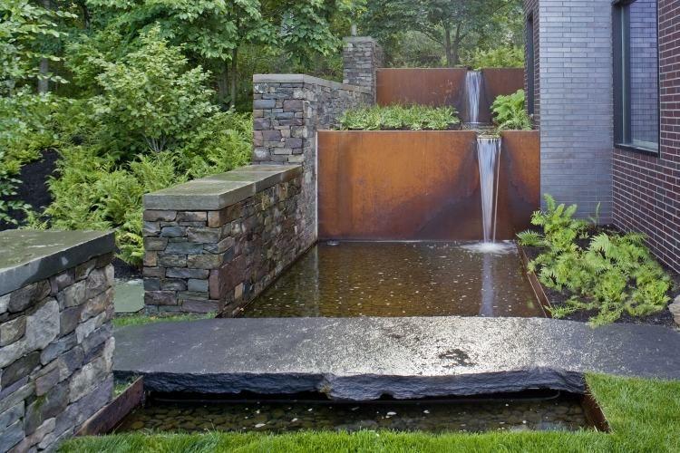 Wasserfall-Anlage aus Cortenstahl und Steinmauer | Water | Pinterest ...