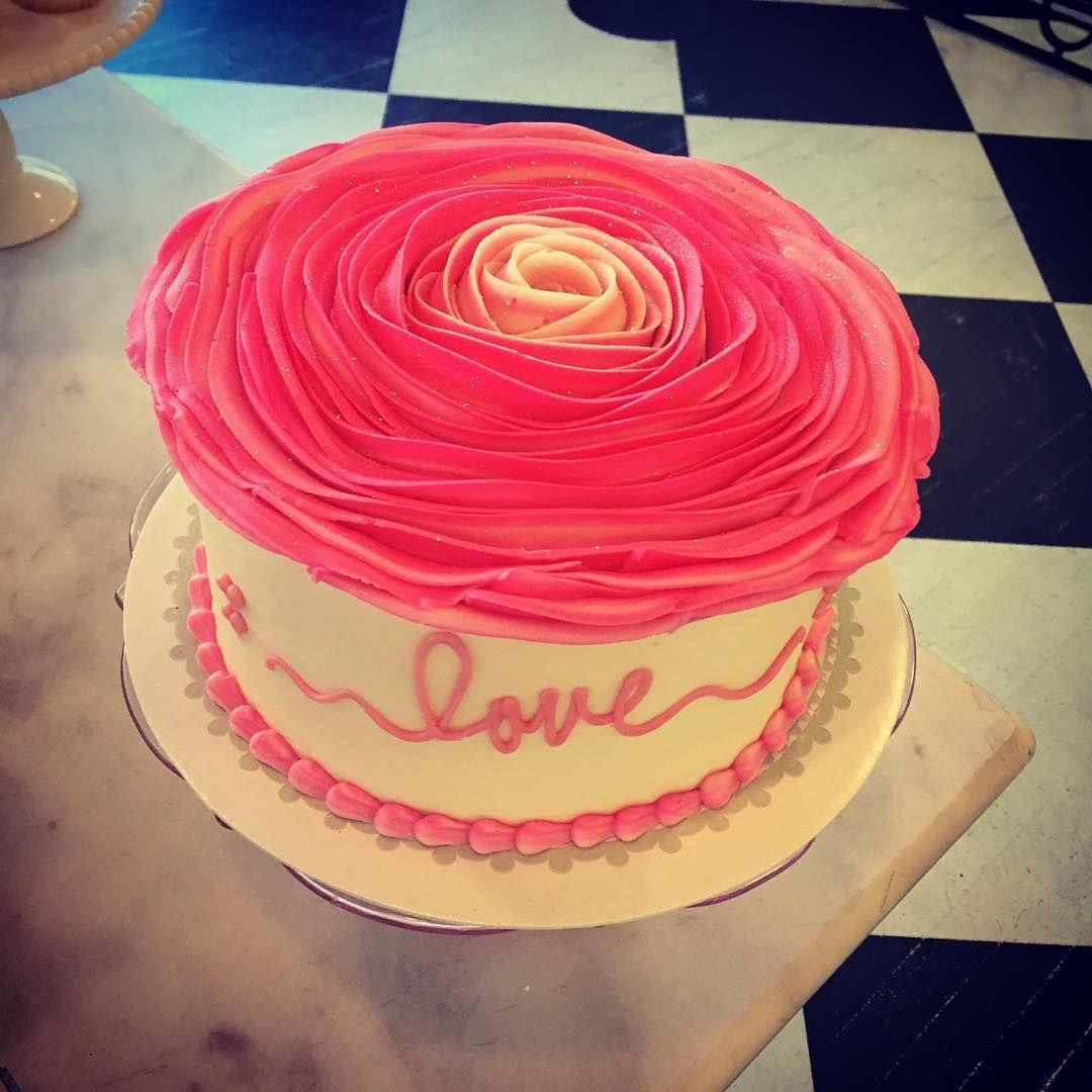 #buttercream #rosetop #perfection #gorgeous #cakeart #cakestagram #cakedecorating #inlove #loveisintheair