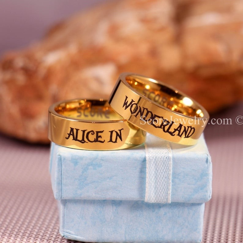 Alice In Wonderland Rings 2 Piece Couple Set Alice In Wonderland Rings Alice In Wonderland Wedding Rings Alice In Wonderland Jewelry 14k Yellow Gold Tungste In 2020 Yellow Gold Wedding Band