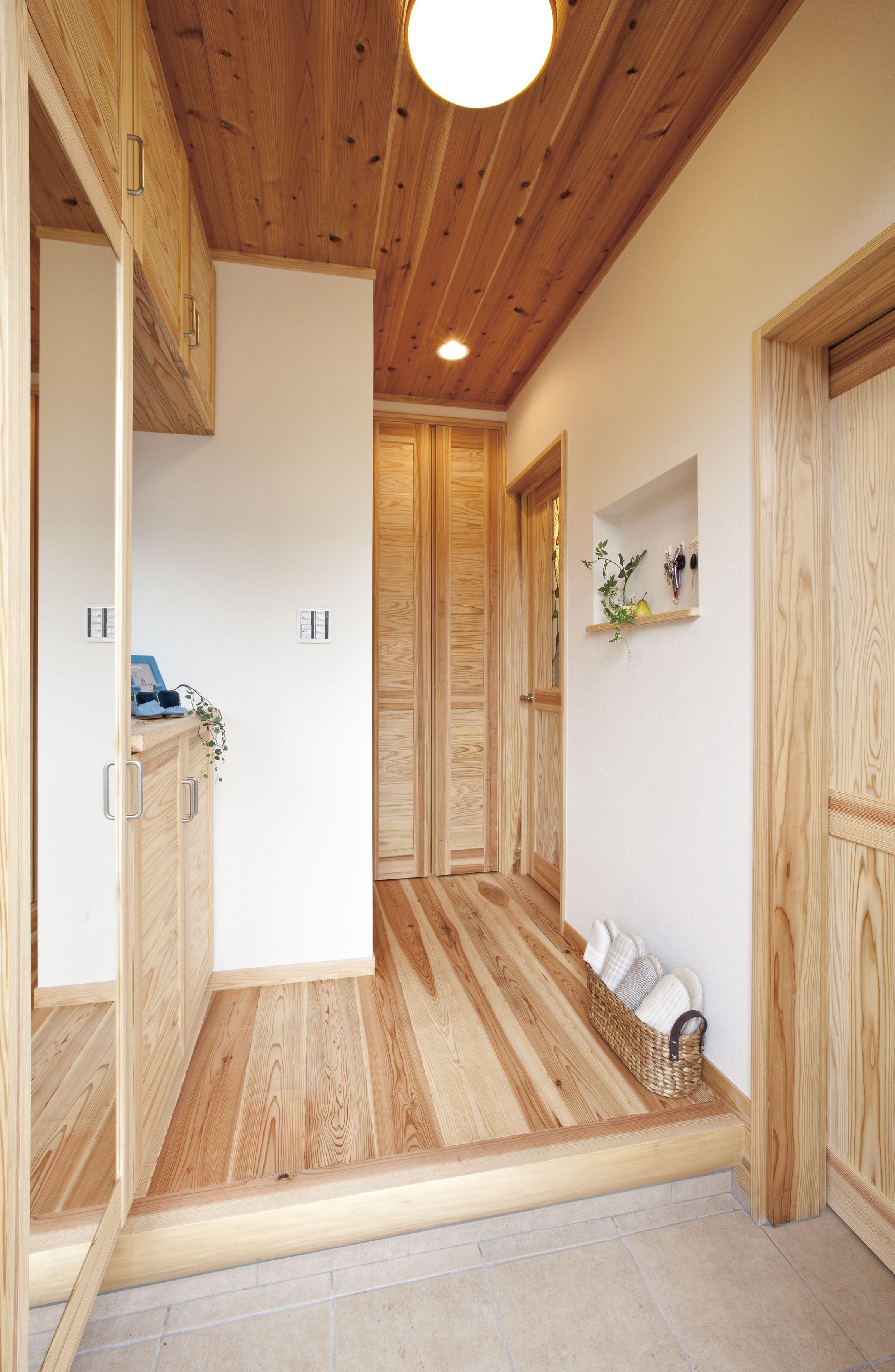 床や天井 建具のみならず 玄関収納も無垢杉の造作 自然素材を