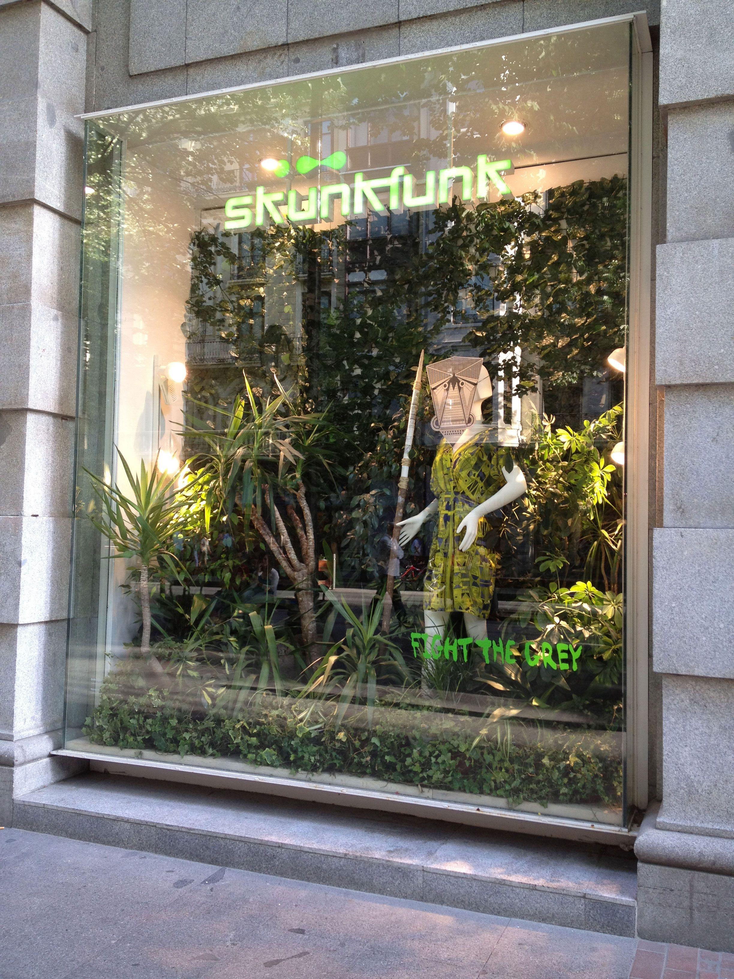 Escaparate jard n en skunkfunk store bilbao con efectos - Jardines de bilbao ...
