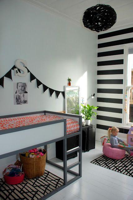 black and white kids room. striped wallpaper. black lamp and garland. kinderzimmer in schwarz und weiß mit einer gestreiften tapete. schwarze girlande und lampe.