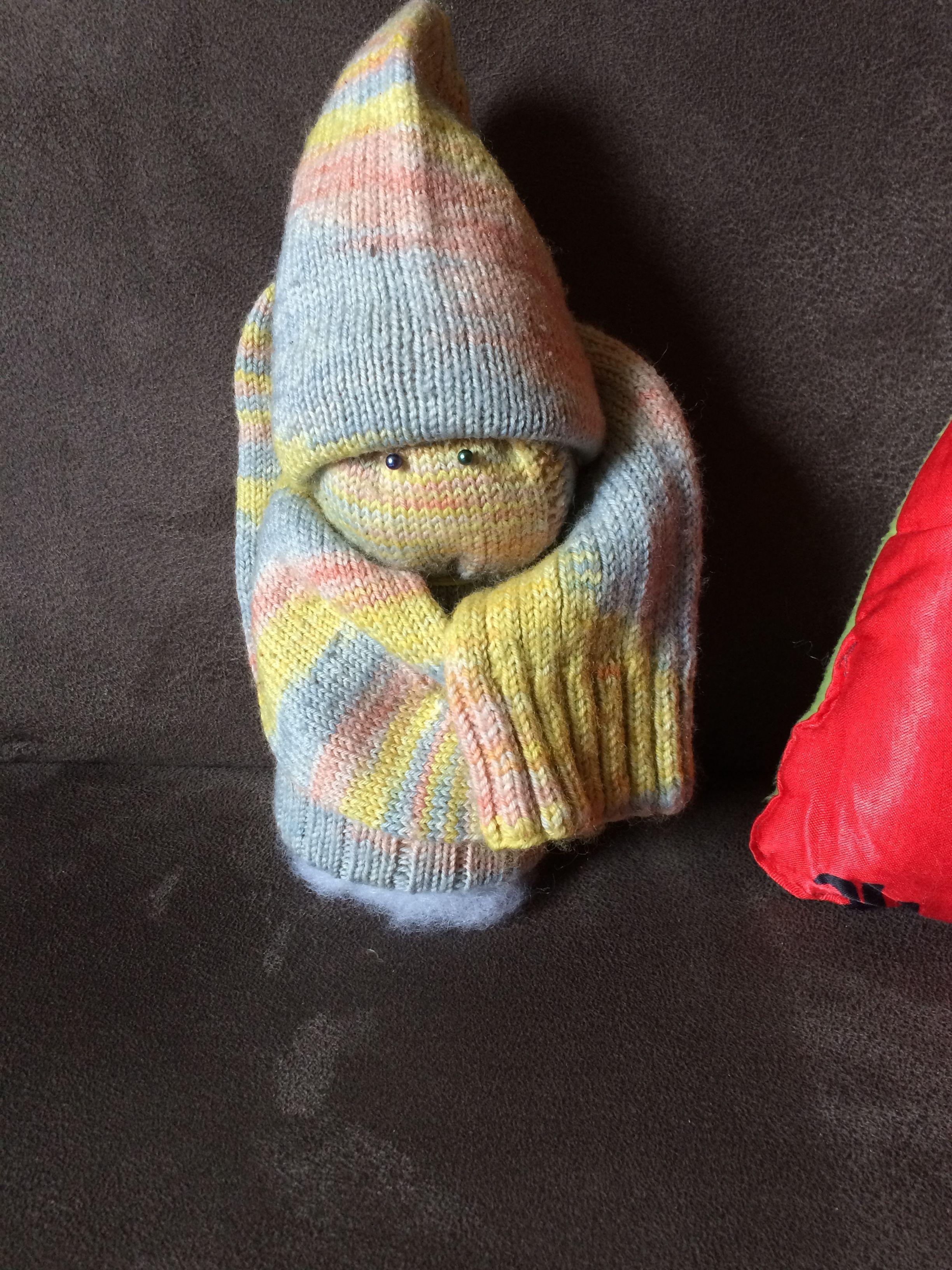 "Sockenmännchen – so verschenkt man Socken ""nett verpackt"" #menscrochetedhats"
