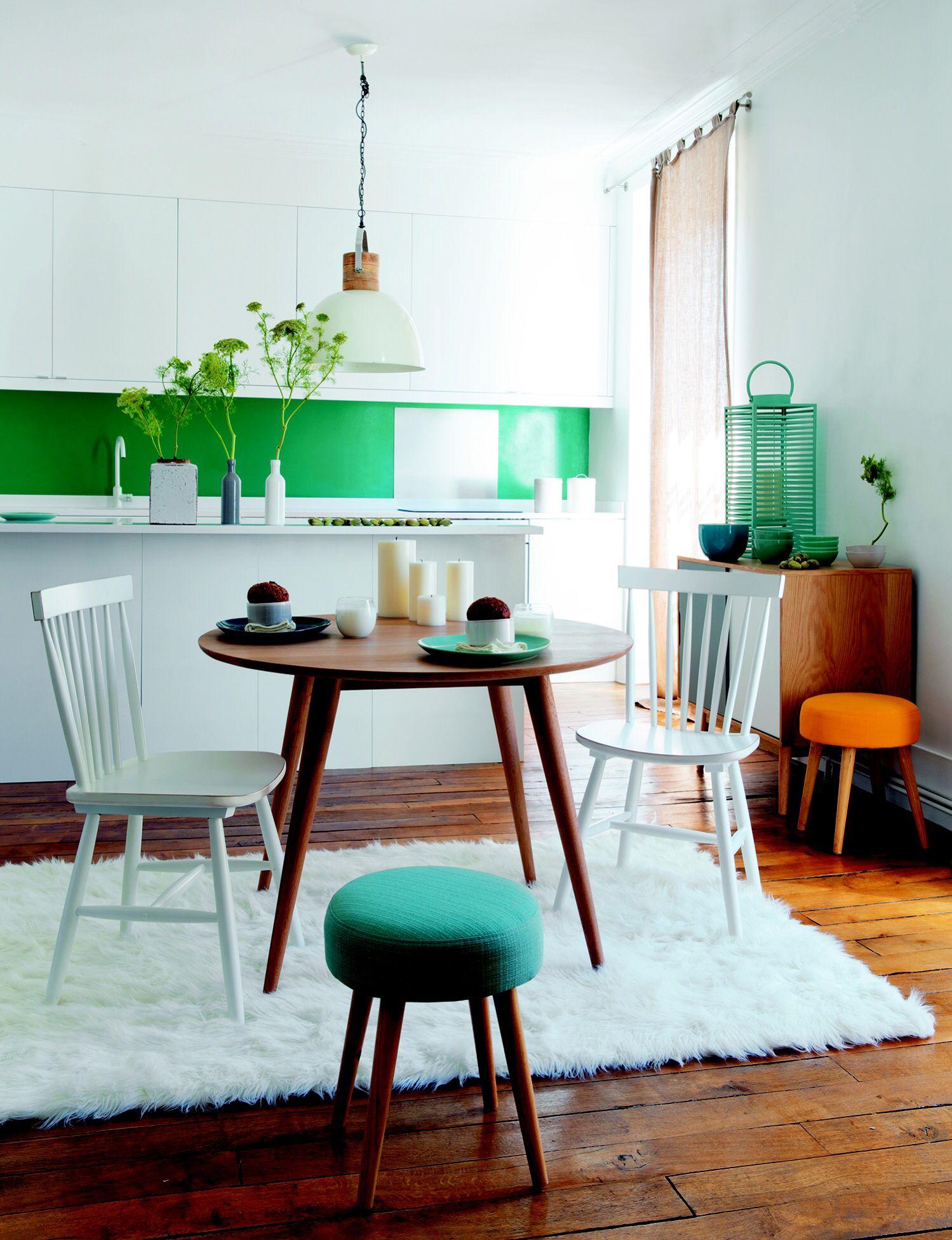 Küche, Teppich Fell, grün, Stühle weiß, Holztisch rund