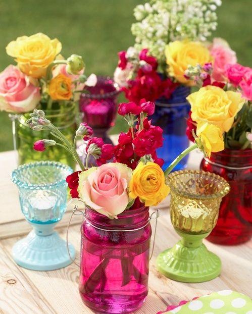 Adoro copos coloridos usados como vasos de flores.
