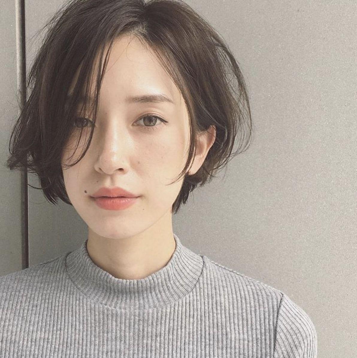 40代のショートボブヘアスタイル・髪型:前髪あり・前髪なし・面長・丸顔|LALA MAGAZINE