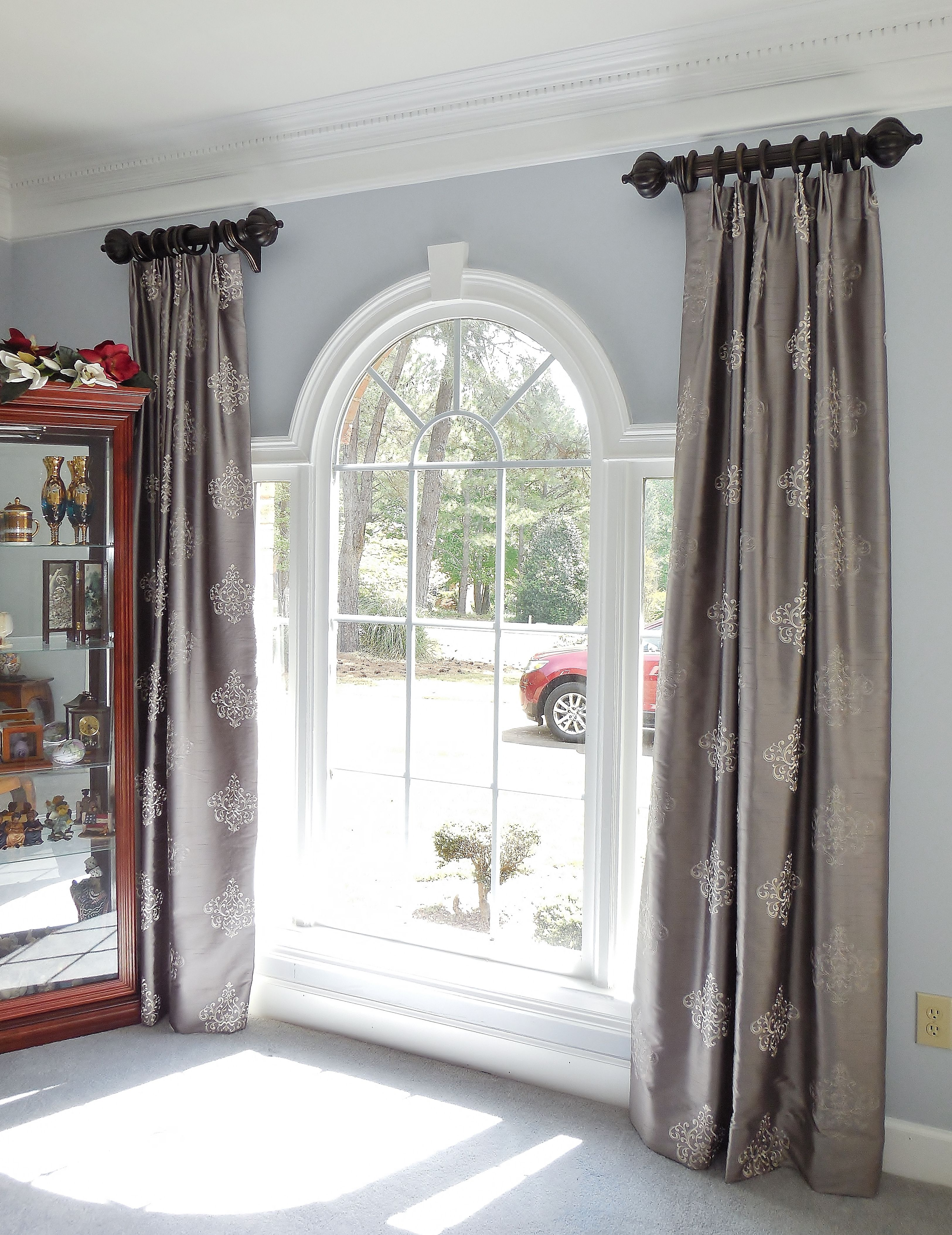 ring curtains on short rods above