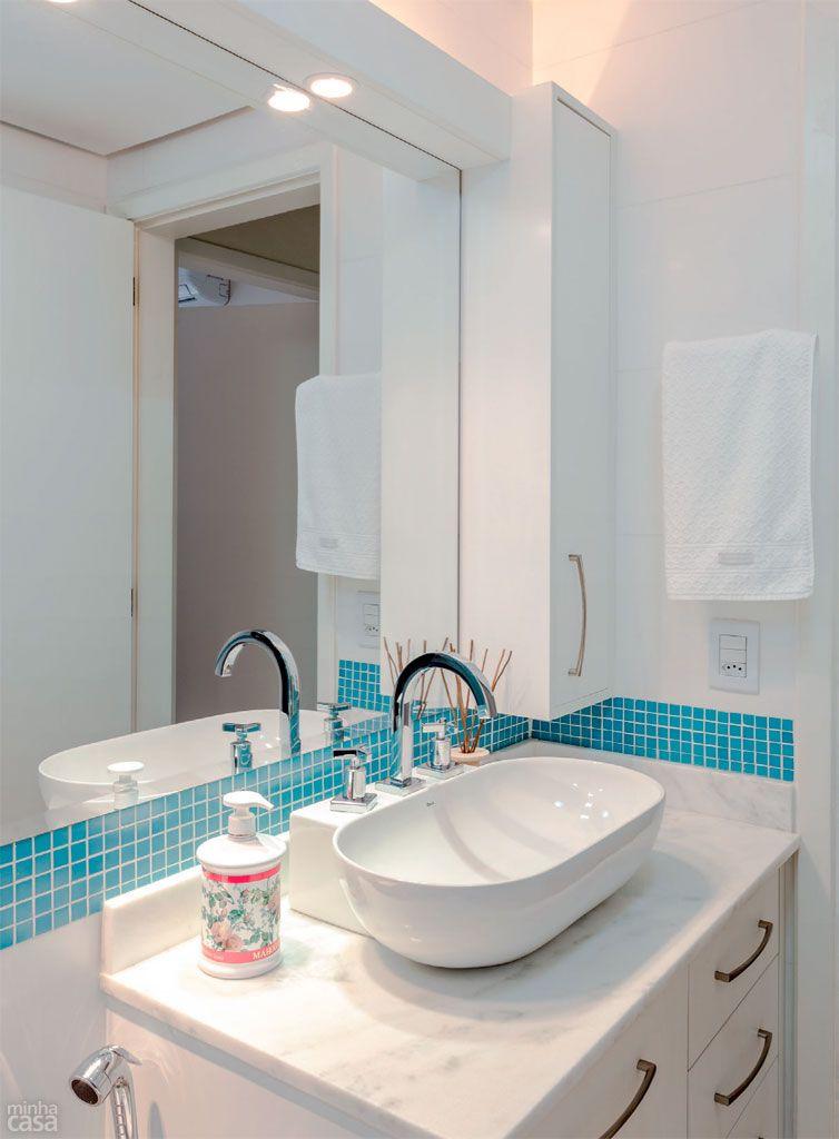 Banheiro ganhou pastilhas azuis ap s reforma comandada for Reforma lavabo precio
