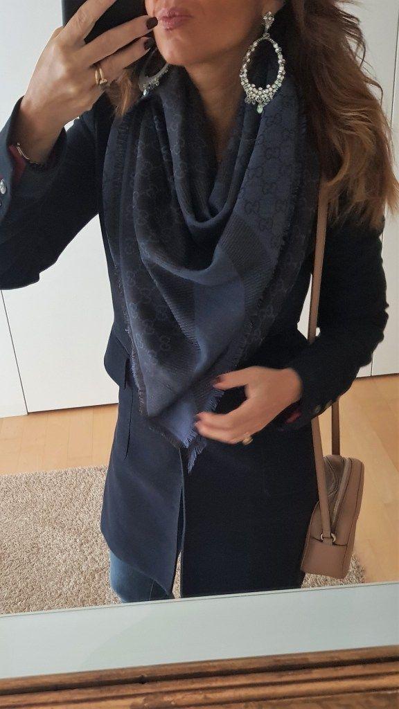 Stola   Sciarpa Gucci  Outfit bianco e blu per l ufficio  look da c593a01334c