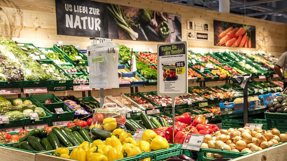 Die Coop Schweiz präsentiert seit Mitte Dezember 2016 in Zumikon nahe Zürich ihr neues Konzept für die Supermärkte. Damit bläst der LEH-Branchenzweite zum Angriff auf Marktführer Migros und die Discounter. Auf 1.200 qm Verkaufsfläche setzt Coop in dem Neubau mit viel Holz, warmem Licht und Stimmungsbildern auf Atmosphäre beim Einkauf.