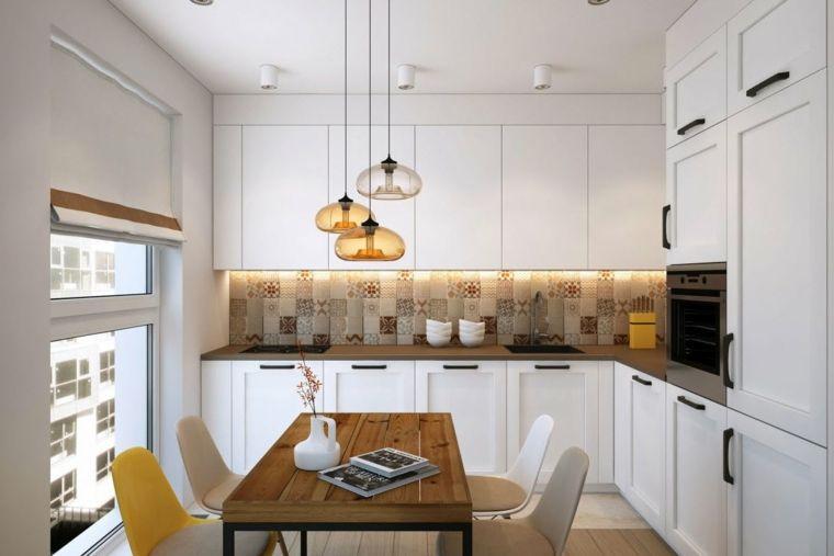 Cucina angolare di colore bianco, top in marmo colore scuro ...