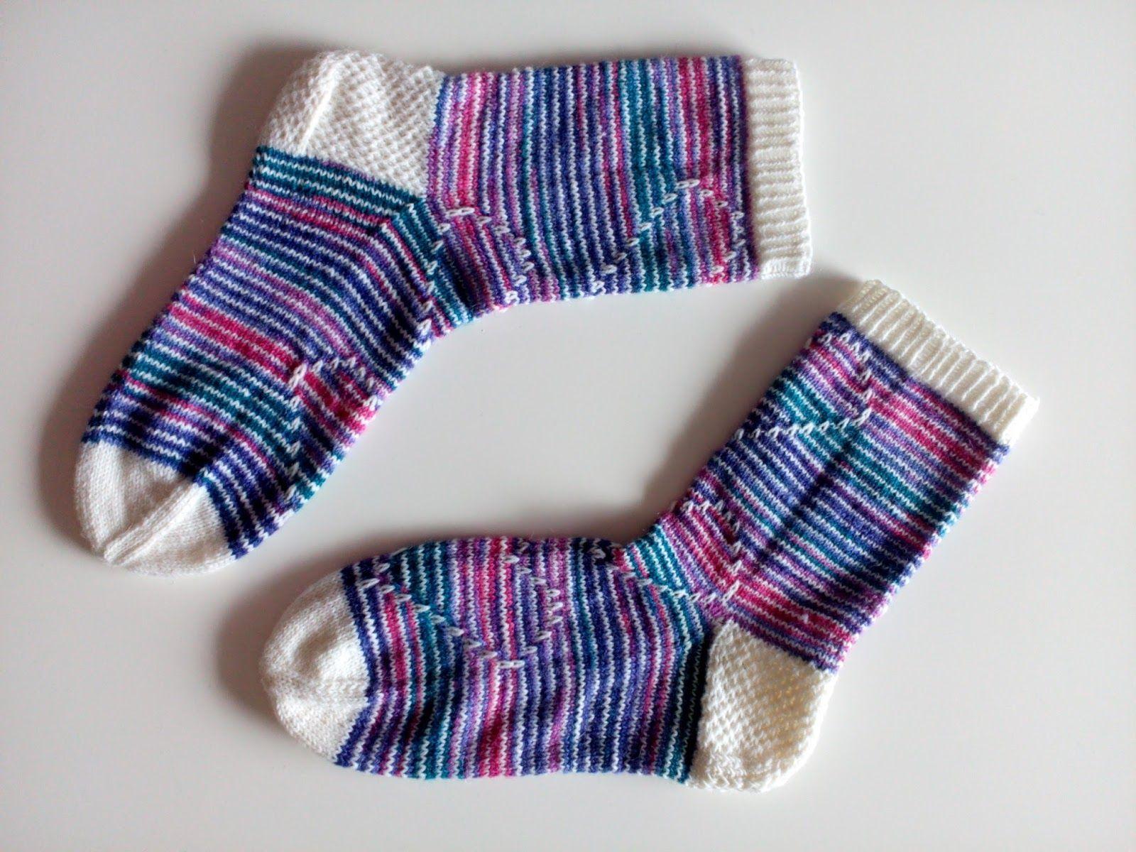 Kun kerran pyysitte, niin tässä jotain ohjeen tapaista näihin sukkiin. :) Olkoon mallin nimi Sydän edellä, sillä pitäähän niitä jotenkin k...