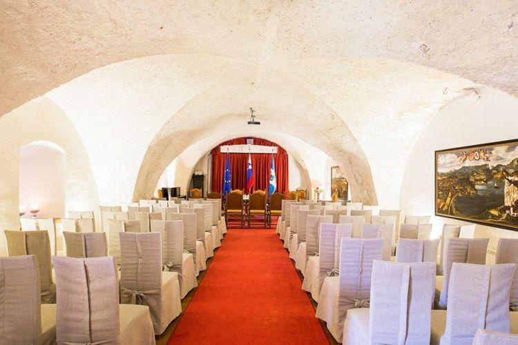 Schloss Hochzeit Burg Von Bled Slowenien Schonste Schlosser Europa Heiraten Traumhochzeit Table Decorations Decor Home Decor