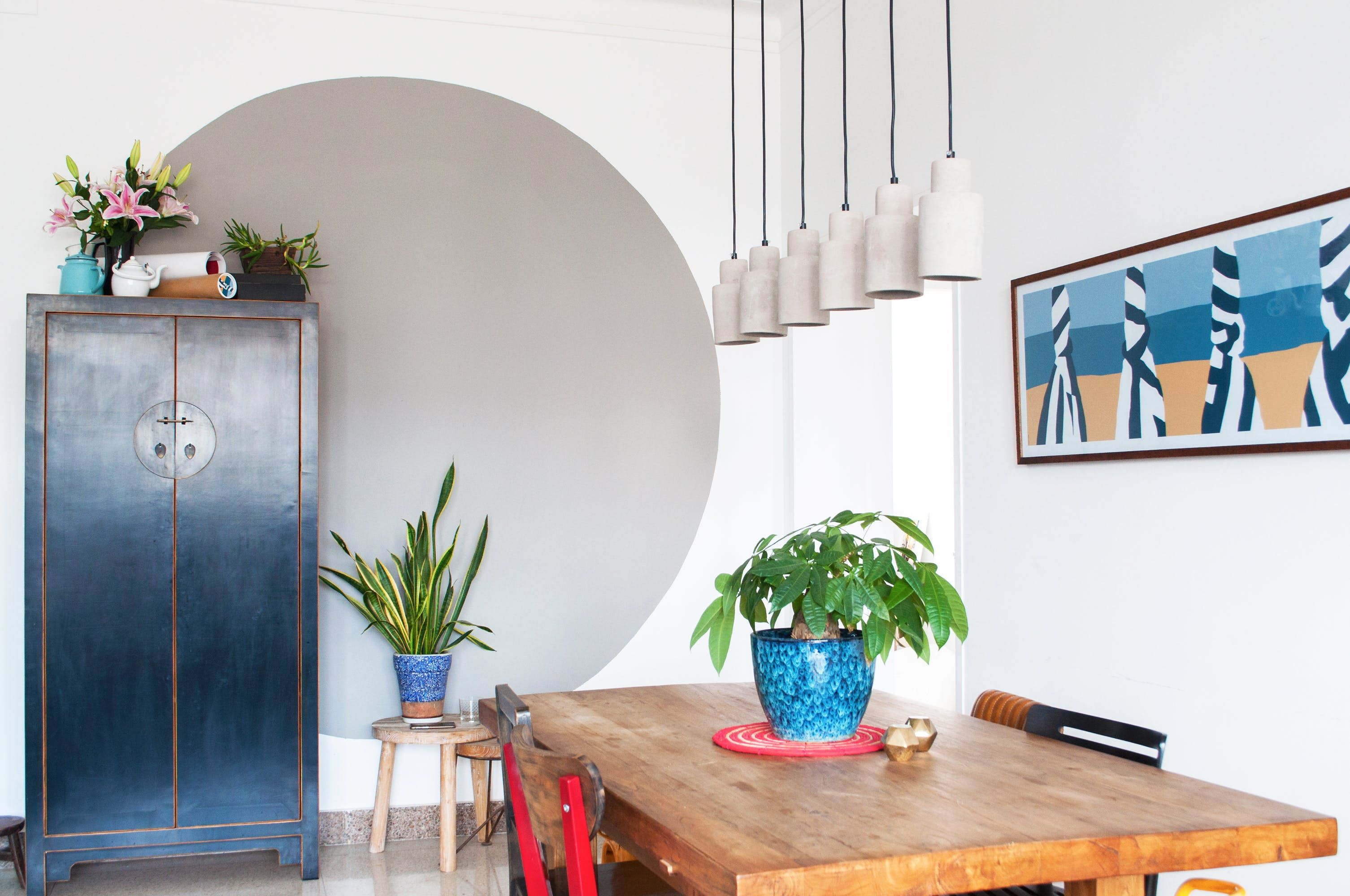 Instead of painting an accent wall entirely one color coro did this gray circle to make her dining room pop also tour interior designer   modern beijing flat apartment ideas rh pinterest