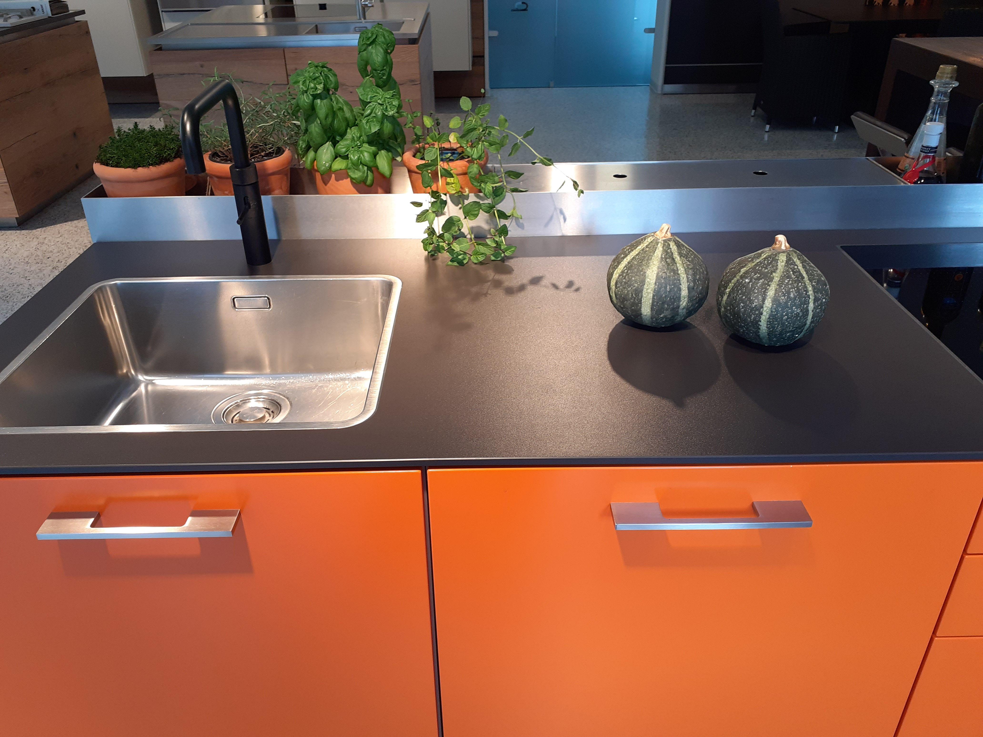 Moderne LEICHT Ausstellungsküche mit Keramik-Arbeitsplatte zum Abverkauf. |  Betonküche, Keramik arbeitsplatte, Ausstellungsküchen