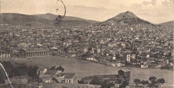Φωτογραφία τραβηγμένη από τον λόφο του Φιλοπάππου. Ο αρχαίος ναός που διακρίνεται είναι ο ναός του Ηφαίστου και της Αθηνάς που σώζεται ανέπαφος μέχρι σήμερα.
