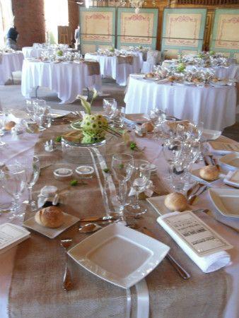 chemins de table en toile de jute mariage pinterest chemins de table table et deco table. Black Bedroom Furniture Sets. Home Design Ideas