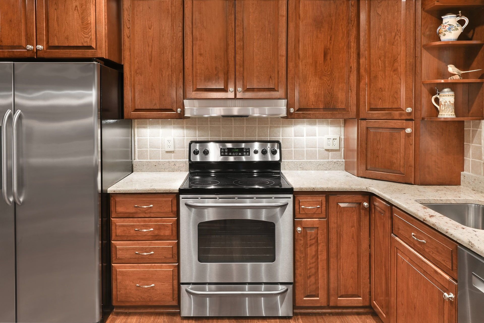 Traditional Chestnut Cherry Kitchen In Reston Va K S Renewal Systems Llc In 2020 Kitchen Bold Kitchen U Shaped Kitchen
