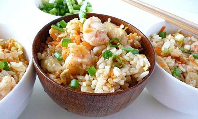 طريقة عمل الأرز المقلي بالبيض و الدجاج و الروبيان Recipe Recipes Tasty Dishes Asian Recipes