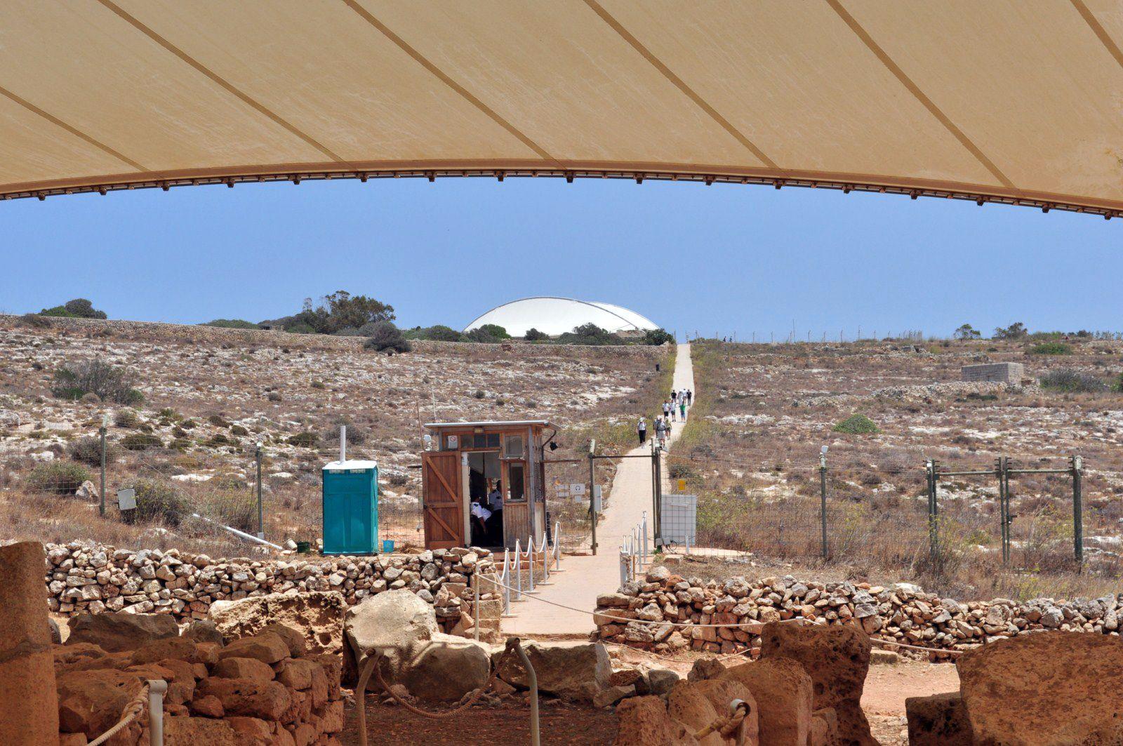 https://flic.kr/p/fj5mtP   Hagar Qim & Mnajdra Hagar Qim Neolithic Temple y Mnajdra Neolithic Temples (Malta)   Hagar Qim (en maltés Ħaġar Qim) es un templo megalítico de Malta que data del período Ġgantija (entre 3600 y 3200 a. C.).1 Se encuentra en la cima de una colina en el sur de la isla de Malta y a 2 km al suroeste del poblado de Qrendi. A 500 m se encuentra el sitio de Mnajdra. La zona aledaña ha sido declarada Parque Patrimonial. En 1992, la Unesco declaró Hagar Qim Patrimonio de…