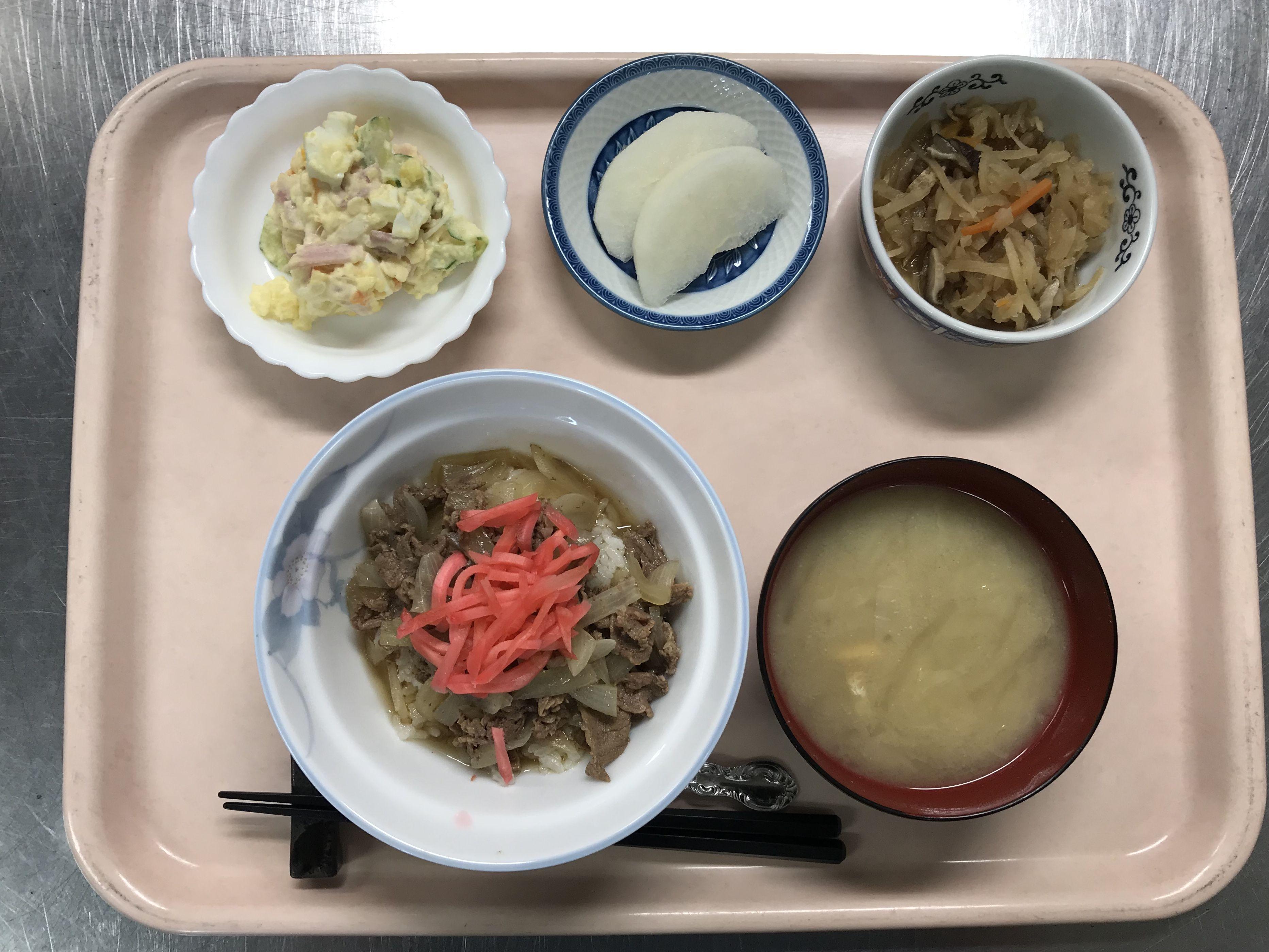 牛丼、切り干し大根の煮物、ポテトサラダ、キャベツと揚げの味噌汁、梨でした!牛丼が特に美味しかったです!645カロリーです