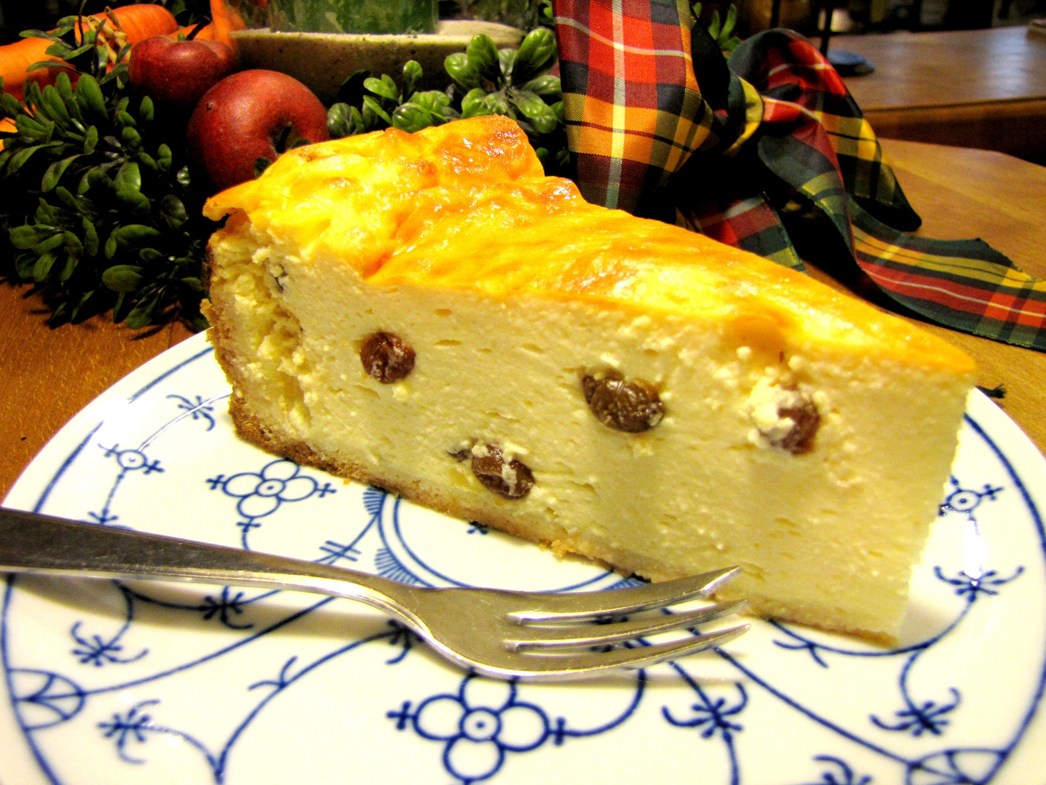 Kommt immer wieder mal frisch in die Kuchentheke: Gebackener Käsekuchen mit Rosinen - (c) 2011 by Café-Restaurant Haus-Zillertal in Wuppertal Cronenberg