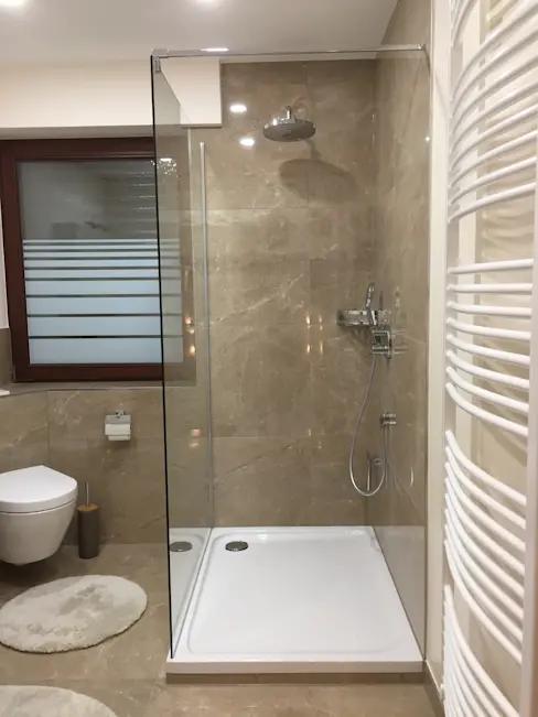 Eleganter Marmor Stil Im Modernen Bad Homify Homify In 2020 Moderne Bader Badezimmer Quadratisch Badgestaltung