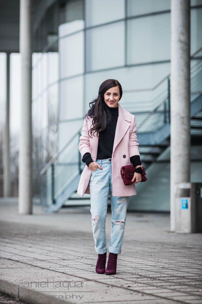 Outfit OOTD mit rosa Mantel von Tally Weijl, schwarzer Strickpullover mit Uhr von Michael Kors, Boyfriend Jeans von New Yorker und Boots von Steve Madden | https://juliesdresscode.de | Julies Dresscode Fashion Blog
