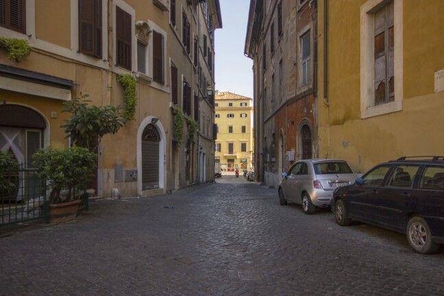Toinen näkymä avainseppäin kadulta, joka oli paikoin vain yhden auton kuljettava.
